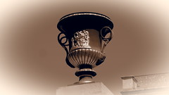 Urne (1elf12) Tags: urne urn germany deutschland welterbe unesco brühl schlos palace falkenlust zaun fence gate tor