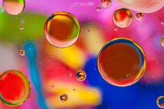 oil!! (Pomediouda) Tags: oil water oilonwater oilandwater hmm happymacromondays macro color rojo red blue azul yelow amarillo green verde orange naranja agua aceite aceitesobreagua nikon nikonistas 1855 colors