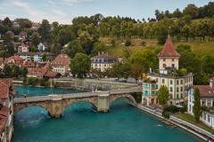 Bern – View from Nydeggbrücke (Thomas Mulchi) Tags: bern cantonofbern switzerland 2018 aare river riveraare persons people person woman man nydeggbrücke untertorbrücke oldtown