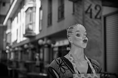 La tentación (RodionR) Tags: bn bw blanco negro monocromo black white streetphotograph maniquí jaca