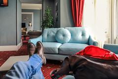 strumenti di viaggio (bob_52) Tags: stivali gambe jeans borsa divano rosso