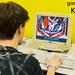 Spielemesse-Besucher spielt Vintagegames auf einem alten Computerbildschirm auf der Gamescom in Köln