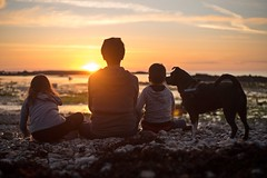 Family portrait (~ Jessy S ~) Tags: nikon d750 nikkor 50mm 18 beach plage holidays vacances famille family portrait human rocks sky soleil ciel sun bretagne kids children kid childrens enfants sunset coucher light sunlight colorful colors sea mer ocean water