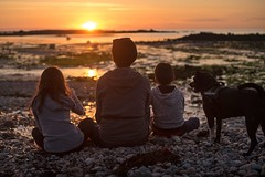 Admire the sunset with Family (~ Jessy S ~) Tags: nikon d750 nikkor 50mm 18 beach plage holidays vacances famille family portrait human rocks sky soleil ciel sun bretagne kids children kid childrens enfants sunset coucher light sunlight colorful colors sea mer ocean water