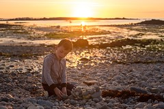 Sunset on the beach - Tom (~ Jessy S ~) Tags: nikon d750 nikkor 50mm 18 beach plage holidays vacances famille family portrait human rocks sky soleil ciel sun bretagne kids children kid childrens enfants sunset coucher light sunlight colorful colors sea mer ocean water