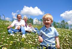 Spaß in der Blumenwiese (Mariandl48) Tags: blumenwiese familienidylle margeritenwiese sommersgut wenigzell steiermark austria