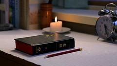 ¿Es la Biblia inspirada por Dios? ¿Cuál es la verdad? (marreroperaltatalia) Tags: labiblia escritorio lavela pluma dios jesus