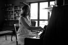 repetition (laurent.triboulois) Tags: woman femme piano orchestre chant blackandwhite pockenimpfnarben geimft pockenimpfschutz