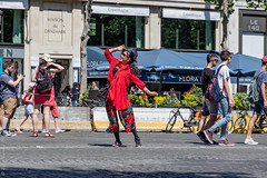 Prendre la pause. Paris, juin  2019 (Bernard Pichon) Tags: paris france bpi760 photo fr75 elysées pause rue street funny