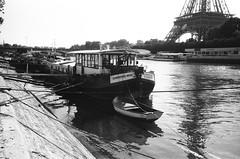 Cherche Midi (Photoeric_) Tags: tx400 pellicule monochrome paris seine tour eiffel leica