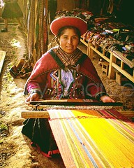 Mujer trabajando (Amy Charlize) Tags: amycharlize focosocial indigenous peruan perú southamerica colors working
