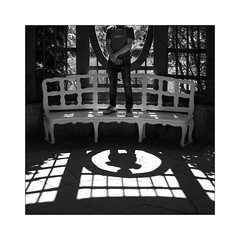 10 [titre Portrait d'Anonymous Visitor lui-même!] (Armin Fuchs) Tags: arminfuchs anonymousvisitor lavillelaplusdangereuse würzburg veitshöchheim schlosspark thomaslistl wolfiwolf light shadow hole bench square jazzinbaggies stripes fujixt3 portrait