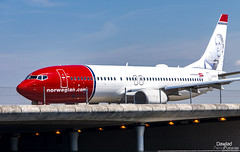 LN-DYN Norwegian (Dawlad Ast) Tags: aeropuerto internacional schiphol amsterdam airport international mayo may 2019 avion plane airplane aircraft spotting aviation aviacion ams holanda holland boeing 7378jp lndyn norwegian air shuttle sn 39006 karen blixen b737 b738 737800 737 puente bridge
