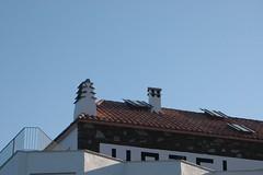 Cadaqués (Costa Brava) (visol) Tags: xemeneies xememeie xemeneie xemeneia tximinia chimneys cheminées chimeneas camino chamine catalogne catalunya catalonia cataluña chimney camini costabrava tejados teulades tejas tejado teulas tickedtabby barbacana roofs