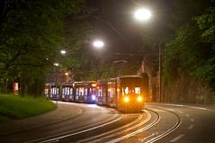 Probefahrten im Rahmen der Zulassung: Langsam schiebt T1-Wagen 2801 den in diesem Moment abgerüsteten T3-Wagen 2753 den Nockherberg hinab (Frederik Buchleitner) Tags: 2753 2801 abschleppfahrt avenio messfahrt munich münchen nockherberg probefahrt schleppfahrt siemens strasenbahn streetcar twagen t1 t3 tram trambahn