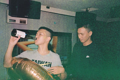 (埃德溫 ourutopia) Tags: film maco tcs eagle 400 macotcseagle macotcseagle400 yashica t2 t3 t4 t5 expiredfilm filmphotography analog analogphotography guy man wine room party birthday happybirthday balloon ktv karaoke フィルム