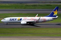 Skymark Airlines | Boeing 737-800 | JA73NU | SoftBank Hawks Taka Girl logos | Tokyo Haneda (Dennis HKG) Tags: aircraft airplane airport plane planespotting canon 7d 100400 tokyo haneda rjtt hnd skymarkairlines skymark bc sky boeing 737 737800 boeing737 boeing737800 ja73nu takagirl