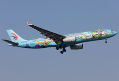 B-5976 China Eastern A333 (twomphotos) Tags: plane spotting sha zsss landing rwy18l china eastern airbus a333 bestofspotting speciallivery colorfullspecial blue disneyland