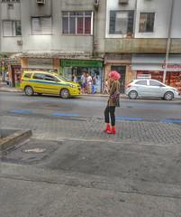 estilo é tudo! (lucia yunes) Tags: cenaderua fotografiaderua fotoderua lifestyle streetlife mobilephotography motoz3play estilo moda cor colorido mulher corderosa luciayunes streetphotographie streetscene streetphotography streetphoto
