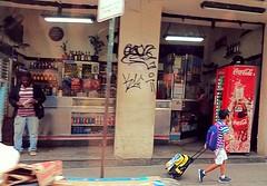 é vida que segue (lucia yunes) Tags: cenaderua fotourbana fotografiaurbana fotografiaderua streetphotography streetscene lifeinstreet streetlife mobilephotography motoz3play luciayunes
