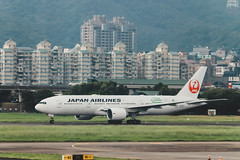 _MG_7268 (waychen_c) Tags: taiwan tw taipei taipeicity songshandistrict songshan songshanairport tsa rcss boeing 777 777200er japanairlines jal ja705j jl98 aircarft airplane aviation airport runway cityscape urban 台灣 台北 台北市 中山區 松山 松山機場 日本航空 日航 contrailプロジェクト contrail
