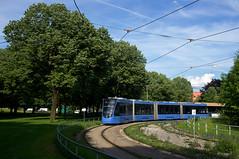 Avenio-Vierteiler 2502 bei der Wendefahrt durch die Ackermannschleife (Frederik Buchleitner) Tags: 2502 ackermannschleife avenio linie21 munich münchen olympiapark siemens strasenbahn streetcar twagen t4 tram trambahn