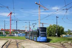 Während der kurzfristigen Baumaßnahme am Stiglmaierplatz wendeten die Linie 20 und 21 von Norden kommend in der Ackermannschleife. Vierteiler 2801 vor der Baustelle des neuen Strafjustizzentrums am Leonrodplatz (Frederik Buchleitner) Tags: 2801 ackermannschleife avenio linie20 munich münchen olympiapark siemens strasenbahn streetcar twagen t1 t16 tram trambahn