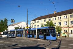 Der T4-Avenio 2504 biegt am Leonrodplatz aus der Schwere-Reiter- in die Dachauer Straße (Frederik Buchleitner) Tags: 2504 ackermannschleife avenio linie21 munich münchen olympiapark siemens strasenbahn streetcar twagen t4 tram trambahn