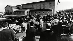 6624357a (pedrojosegonzalez) Tags: clutter murders 1959 garden city usa caskets containing bodies slain members herbert family are loaded into hearses before methodist church a crowd about 1000 people attended service 45685145