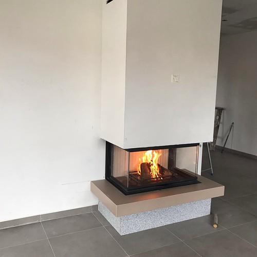 Caminetto a legna tre vetri con rivestimento in Maiolica color tortora