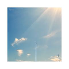 libertad... (ángel mateo) Tags: ángelmartínmateo ángelmateo sol rayos cielo nubes libertad farola luz sun rays sky clouds freedom lamppost light