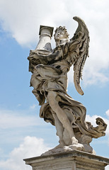 Rom, Ponte Sant'Angelo, Engel mit der Geißelsäule (angel with the flagellation column) (HEN-Magonza) Tags: rom roma rome italien italy italia engelsbrücke pontesantangelo engel angel gianlorenzobernini geiselsäule flagellationcolumn rioneborgo