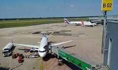 Urlaubszeit (Nellicat) Tags: urlaub flughafen flugzeuge flugzeug düsseldorf dus airport