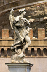 Rom, Ponte Sant'Angelo, Engel mit dem Kreuzestitulus (Angel with the inscription of the cross) (HEN-Magonza) Tags: rom roma rome italien italy italia engelsbrücke pontesantangelo engel angel gianlorenzobernini kreuzestitulus inscriptionofthecross rioneborgo