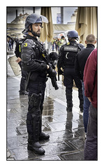 n°504 Episode XXVIII des gilets jaunes. 17h54; (avibla66) Tags: giletsjaunes montpellier gendarme fusilalanceurdegrenadeslacrymo pluie personnes