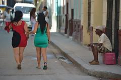 Escenas en La Habana (Cuba) (Carlos Arriero) Tags: lahabana cuba centroamérica carlosarriero streetphoto urbanphoto callejeando street urban calles urbana urbancomposition urbanlife streetlife streetcomposition nikon d800e 70200mmf28 tamron viajar travel composición composition color colour colors people gente personas dof bokeh havana girl mujer woman chicas f28