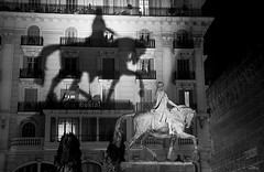 Sombra (vitometodio) Tags: sombra shadow caballo horse ramonberengueriii barcelona totalbarcelona barcelonaimatgtes imatgesbarcelona barcelonablack urbanstreet addictedtobnw raconsdebarcelona raconsdeblancinegre lovesbarcelona thebarcelonist igbarcelona igersbcn totalstreets totalbnw vitometodio nikond90 sigma247028