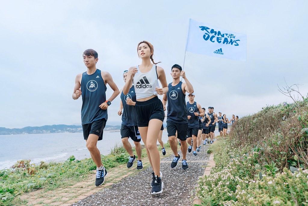 2. 簡廷芮為adidas的環保行動擔任領跑大使,率領跑團沿著海岸線跑約3公里