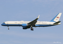 USAF C-32A 09-0015 (birrlad) Tags: stansted stn airport london uk aircraft aviation airplane airplanes approach arrival arriving finals landing runway vip usaf airforce military donald trump potus president usa visit state boeing b757 b752 c32 c32a sam