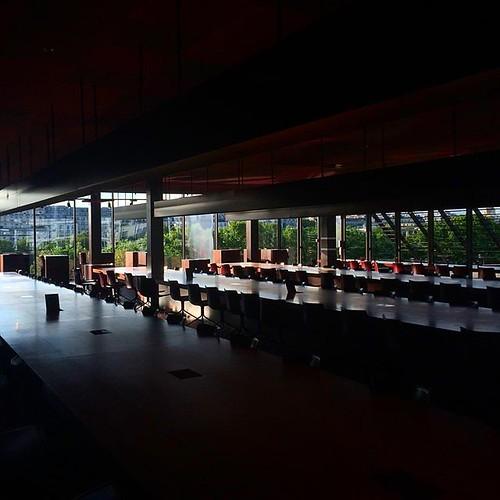 lumière à la fermeture de la #bibliothèque de recherche du @quaibranly #Paris #library #tw