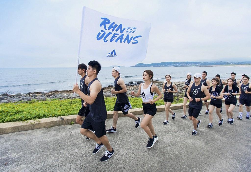 1. 熱愛跑步的藝人簡廷芮率先以行動支持,帶領adidas Runners Taipei跑步社群沿著北海岸熱情開跑