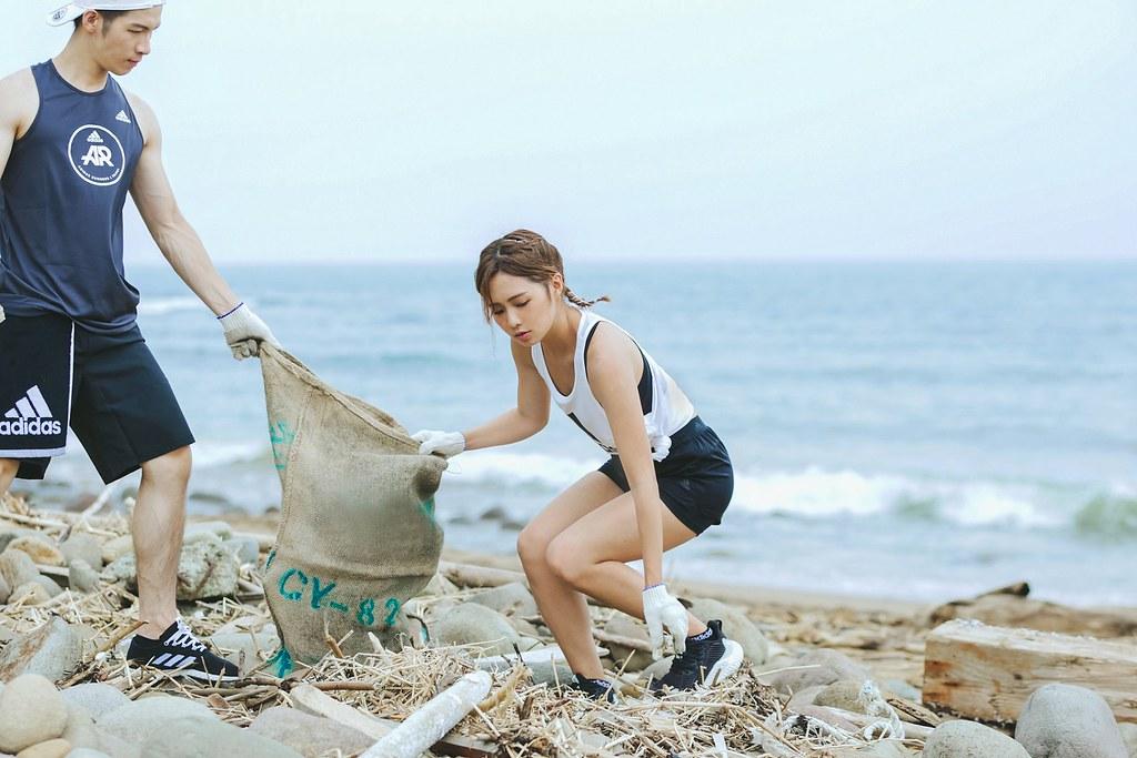 3. 首次加入淨灘行動的簡廷芮,分享與跑者們一起親手撿起垃圾的感覺很棒