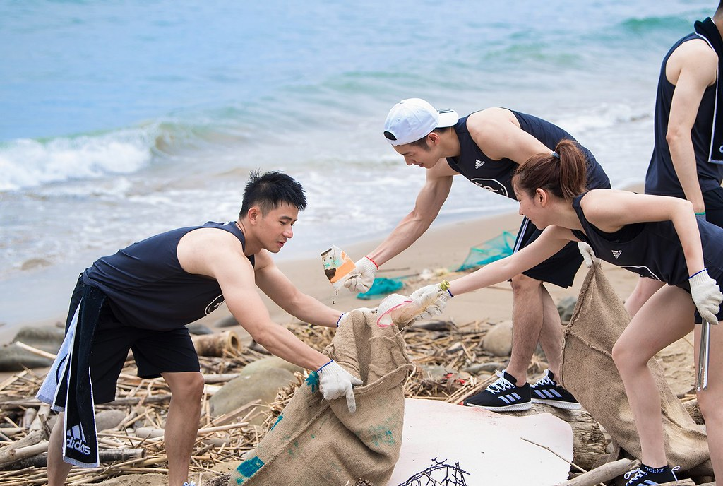 4. adidas Runners沿海岸線開跑約3公里後,共同清理金山中角灣的垃圾