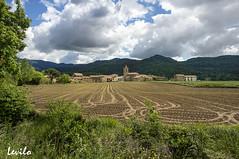 Hostalets d'en Bas (Garrotxa) (levilo) Tags: hostaletsdenbas valldenbas garrotxa catalunya girona cataluña españa spain rural pueblo agricola campo nubes levilo pentax primavera surcos