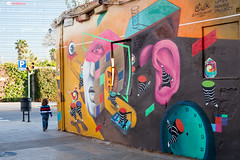 Guided by beauty (POStaes) Tags: canon5d espagne spain barcelona colors light travel travelling catalonia catalunya europe canon 5d street streetphotography streetphotographer streets rue photoderue streetart graffiti people poblenou child