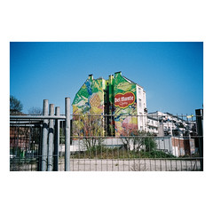 F200930145-02 (csinnbeck) Tags: analog film hamburg germany 2019 canon primazoom primazoom85n 85n sureshot fujicolor c200 fuji fujifilm deutschland spring building delmonte del monte quality painting wall commercial ad advertising fence bluesky blue hammerbrook