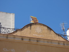 Carrer Riber, Montblanc - Catalan flag (ell brown) Tags: montblanc tarragona catalonia catalunya spain españa tree trees concadebarberà pradesmountains carrerriber flag catalanflag