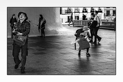 Chasseurs d'images. (francis_bellin) Tags: photographies olympus nikon streetphoto street touristes netb photoderue canon selfie tourisme noiretblanc appareilsphotos photographes espagne andalousie blackandwhite rue ville bw 2019 séville masque