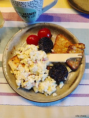 Englisches Frühstück (villa.chaos) Tags: blackpudding rührei toast tomaten rösti cheddar