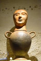Vase funéraire (RarOiseau) Tags: italie toscane chiancianoterme têtedecanope musée archéologie intérieur surlestracesdesétrusques